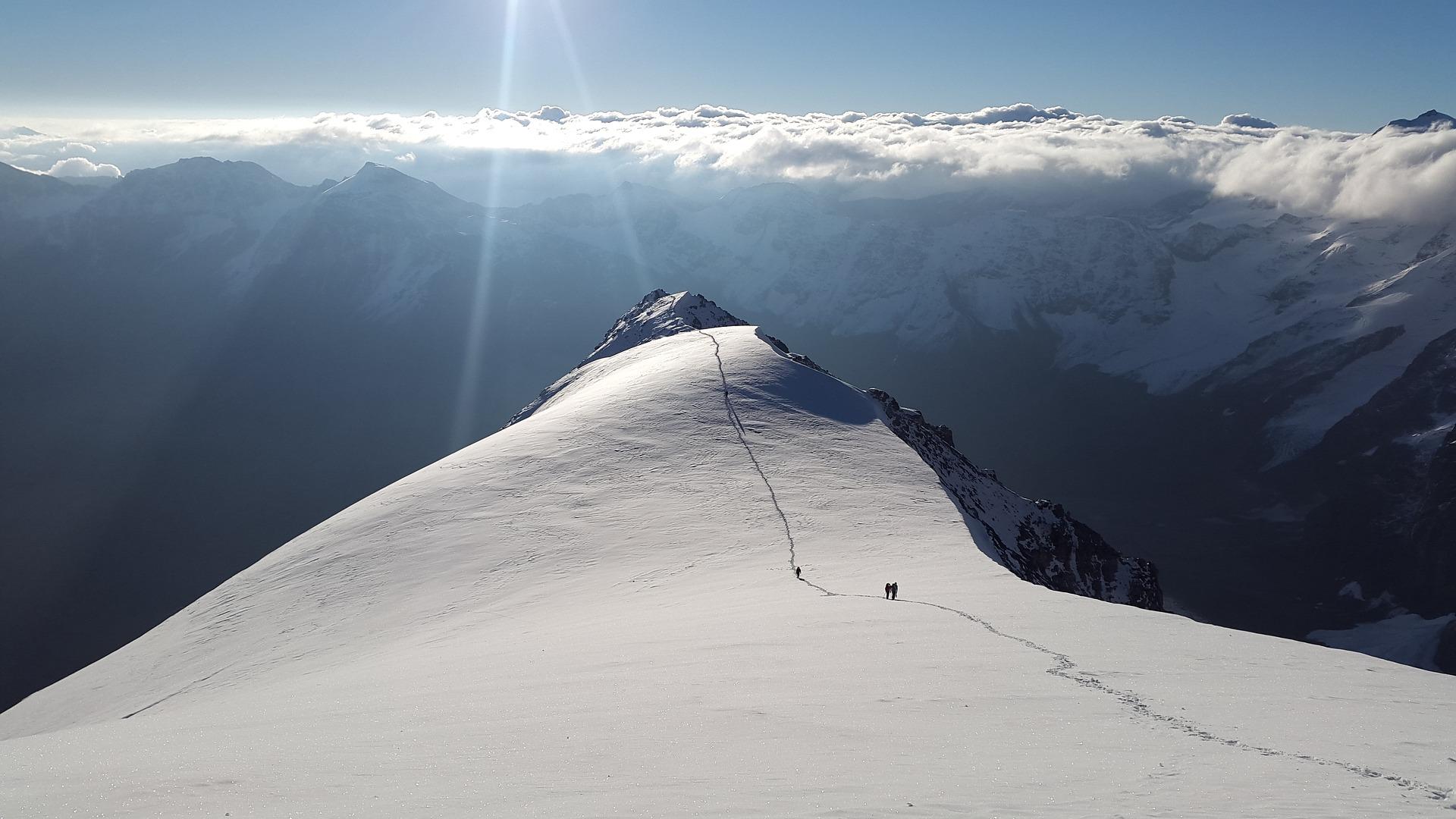 Fjell med spor i snøen
