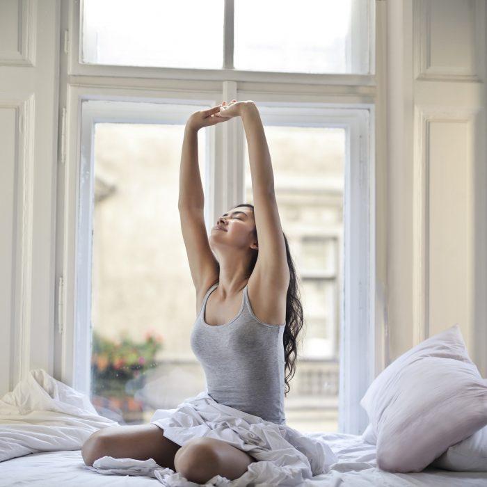 Kvinne som strekker seg etter en god natts aøvn