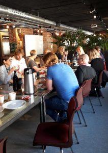 Deltakere på Bygg Bedrift har hyggelig lunch