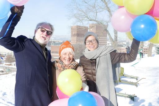 Bilde av glade mennesker med ballonger
